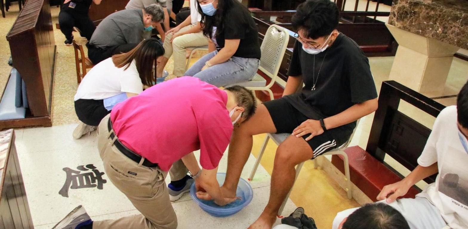 聖約翰科技大學舉辦幹部訓練營,由師長為同學洗腳的「濯足禮」作為精神傳承的象徵,是訓練營的最高潮。